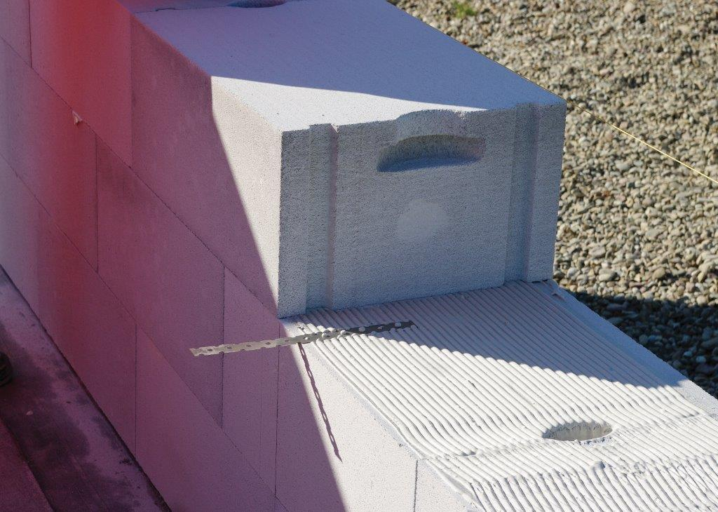 Mur z betonu komórkowego