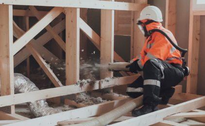Dziury cieplne w dachu? Rozwiązanie – wełna kamienna w granulacie