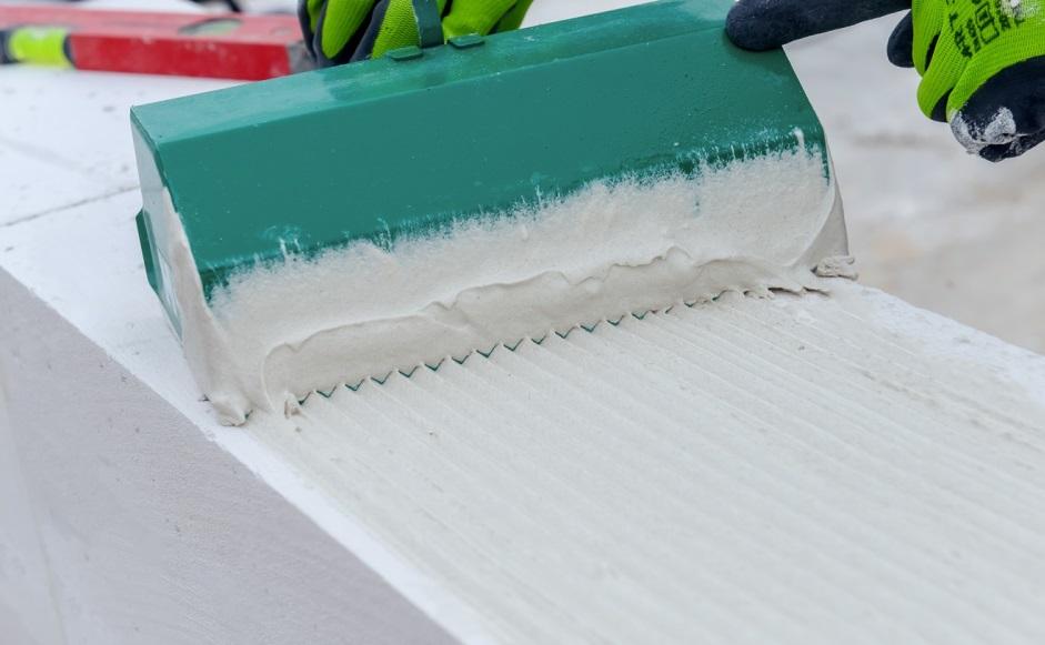 Elementy z betonu komórkowego i silikatów przystosowane są do łączenia na cienką spoinę.