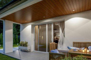 Efekt drewna na elewacji i drzwiach wejściowych
