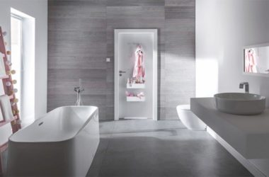 Sprytne rozwiązania do łazienki – wykorzystaj drzwi, zlikwiduj płytki bez ich skuwania