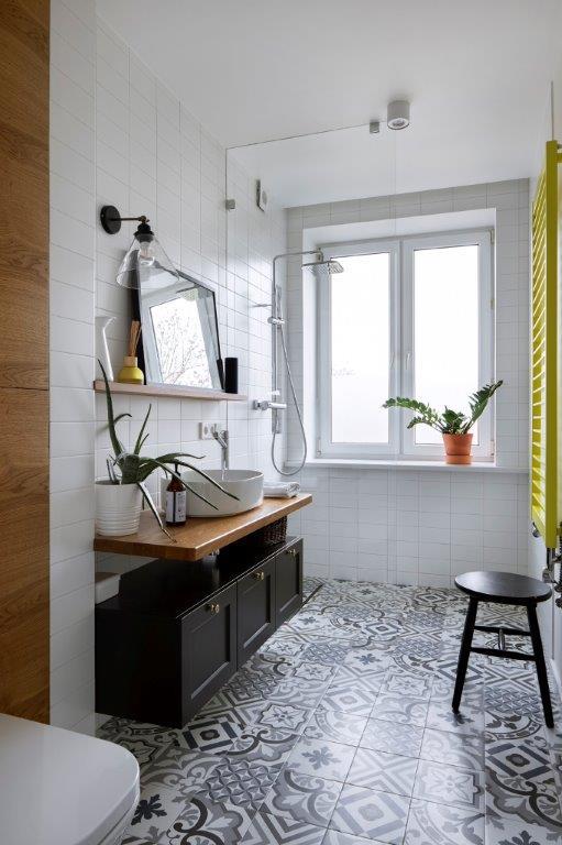 lazienka z podłoga w stylu marokańskim