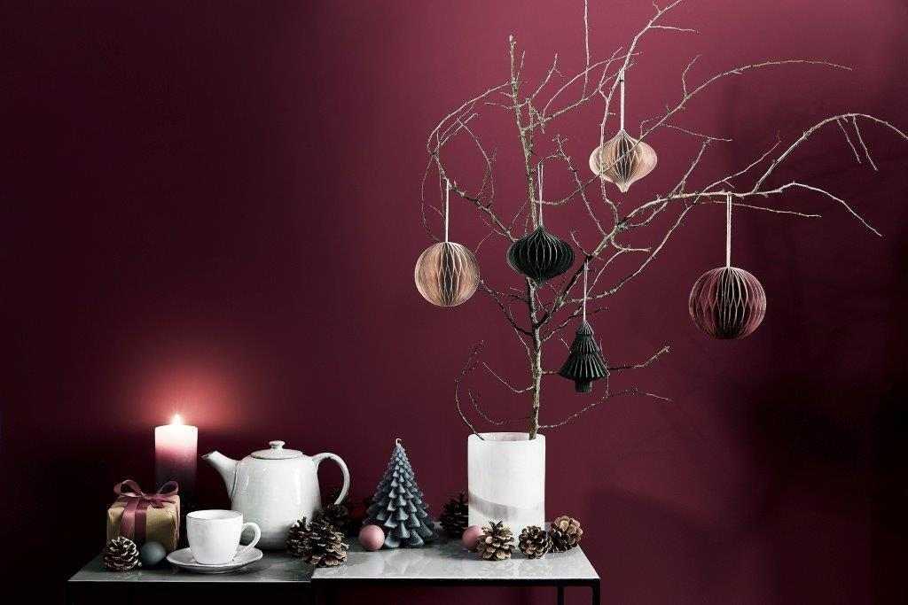 Subtelna dekoracja - zwyczajne gałęzie i niezwyczajne bombki