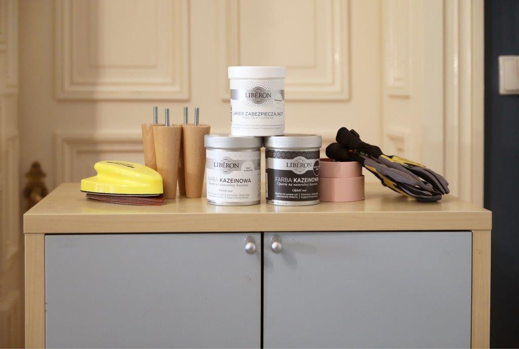 Przedmioty i preparaty potrzebne do renowacji szafki