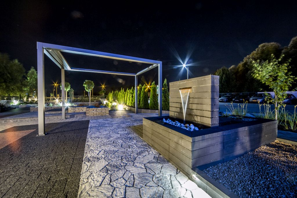 Nowoczesna fontanna z pustaków Neo w wieczornym oświetleniu