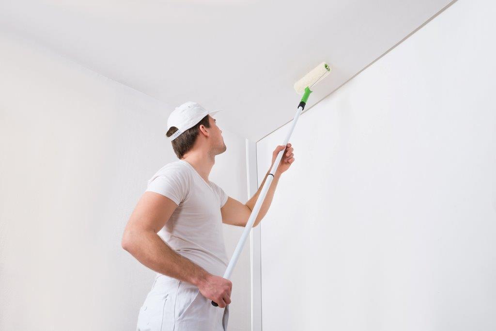 Malowanie sufitu na biało