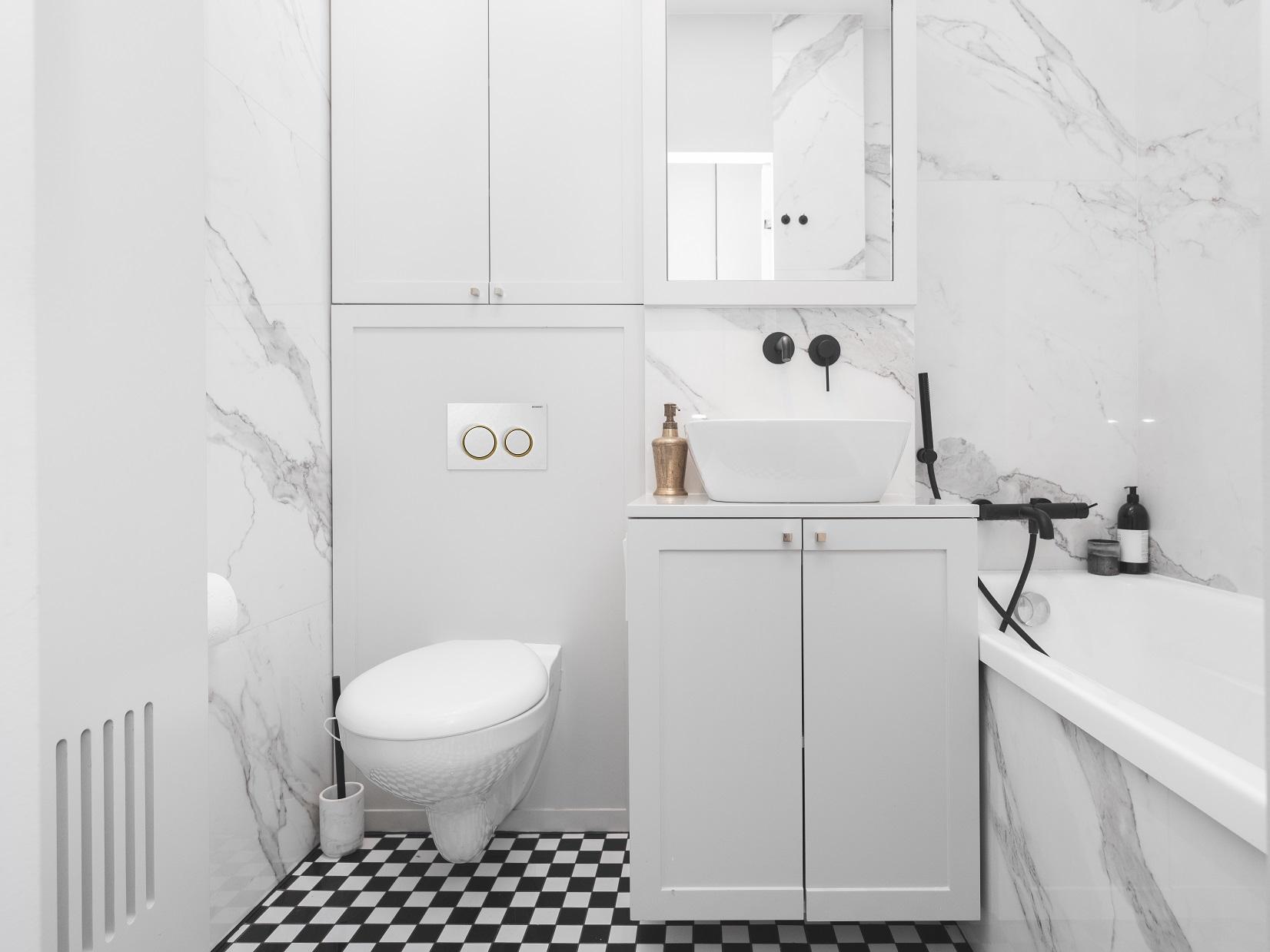Wyrazisty charakter nadają łazience spieki kwarcowe marki Laminam