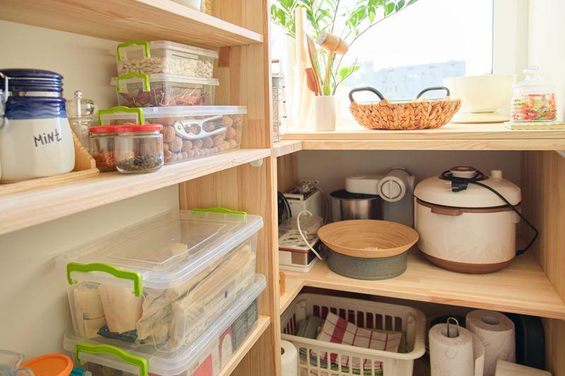 Drewniane półki w spiżarni and utensils, kitchen appliances in the pantry.