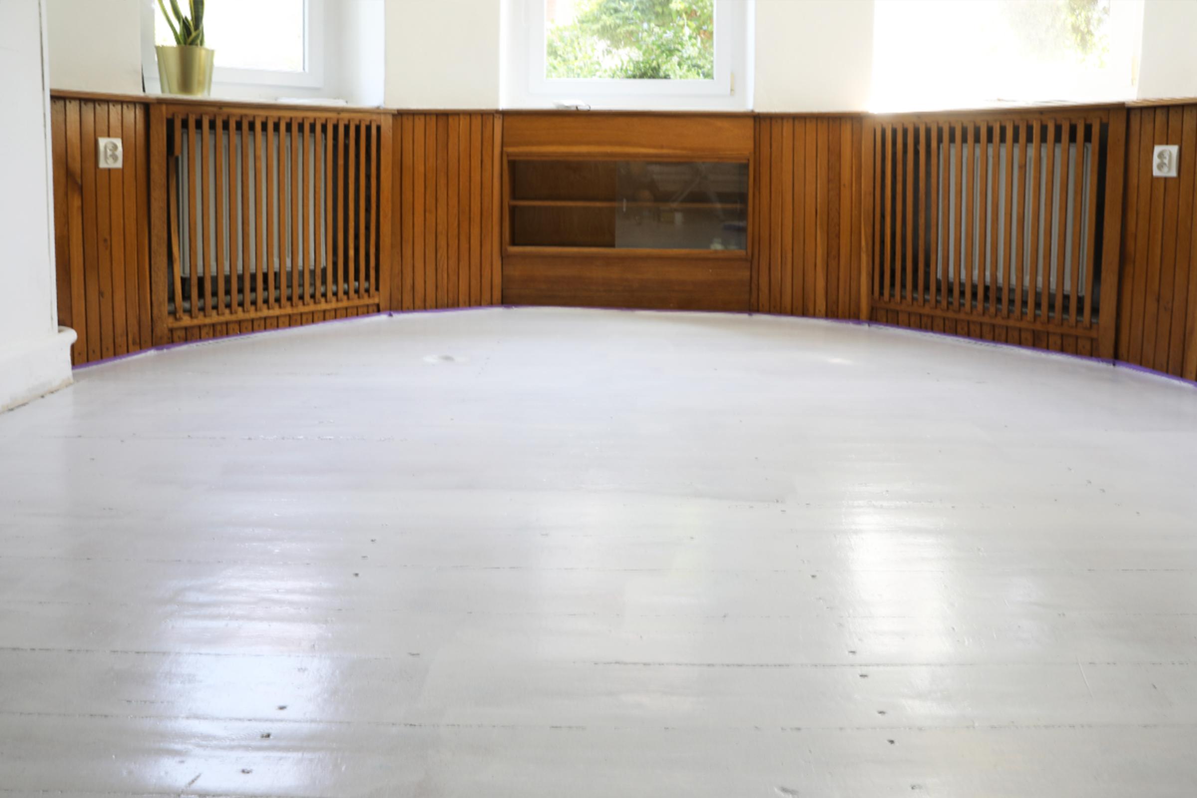 Drewniana podłoga pomalowana na biało farbą V33